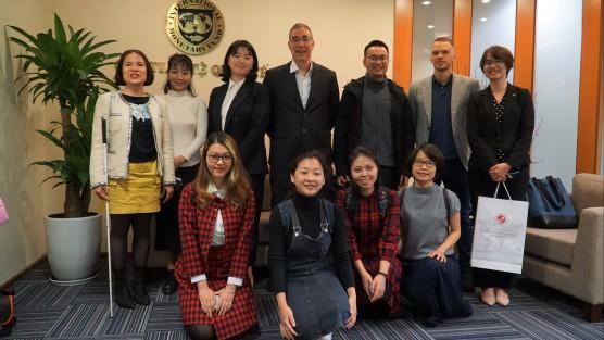 MGL: Học viên đi thăm Văn phòng Quỹ Tiền tệ Quốc tế (IMF) tại Việt Nam